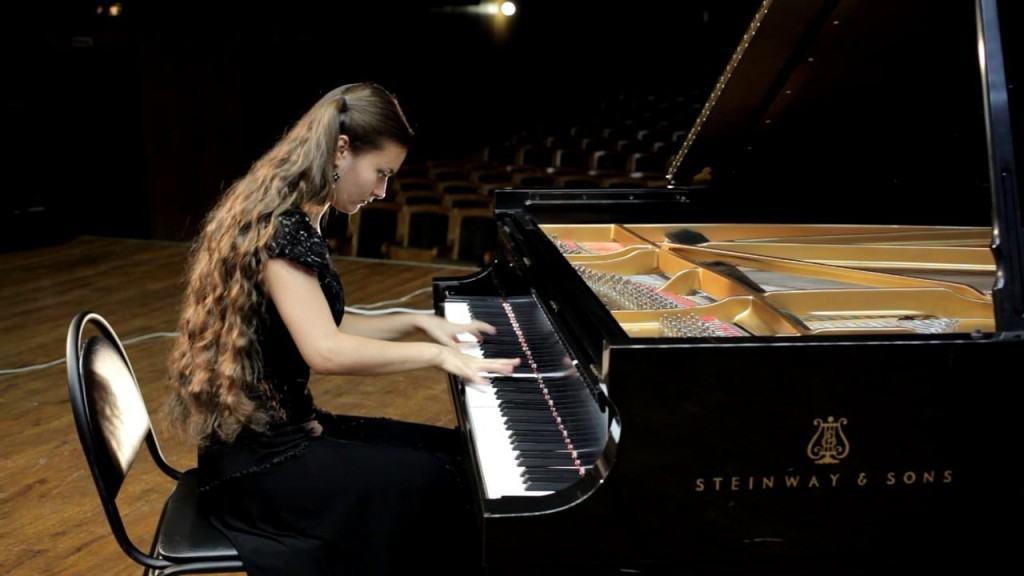 lady pianist