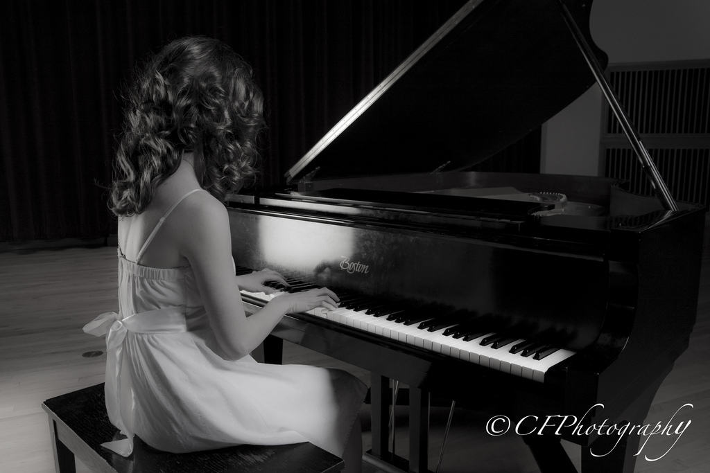 girl playing piano - 1024×683